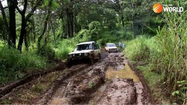 Các tình nguyện viên y tế vượt khó để tiêm chủng cho người dân ở làng gần biên giới Myanmar
